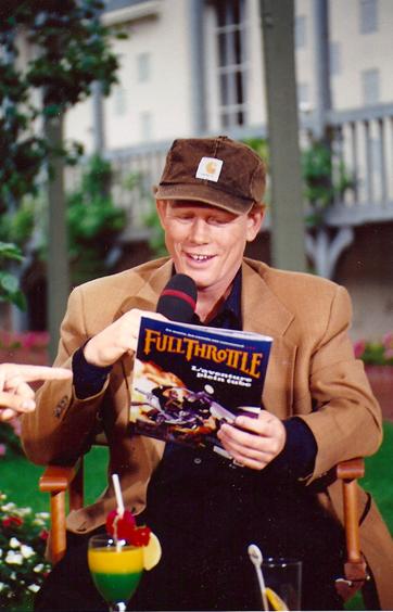 Ron Howard lisant le Lucasfilm Magazine durant l'émission Ciné 6 spécial Deauville 1995